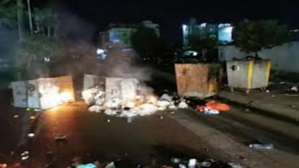 قطع دوار مرجان في صيدا بالإطارات المشتعلة وحاويات النفايات