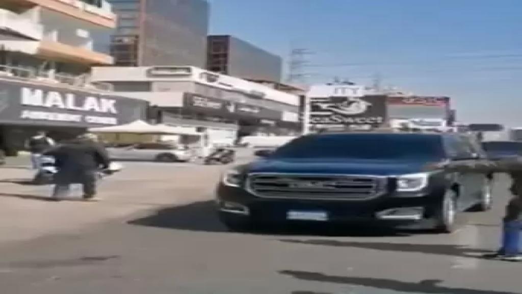 بالفيديو/ إشكال على اوتوستراد الزوق بعدما حاول عدد من المحتجين منع عناصر موكب المدير العام للأمن العام اللواء عباس إبراهيم من المرور