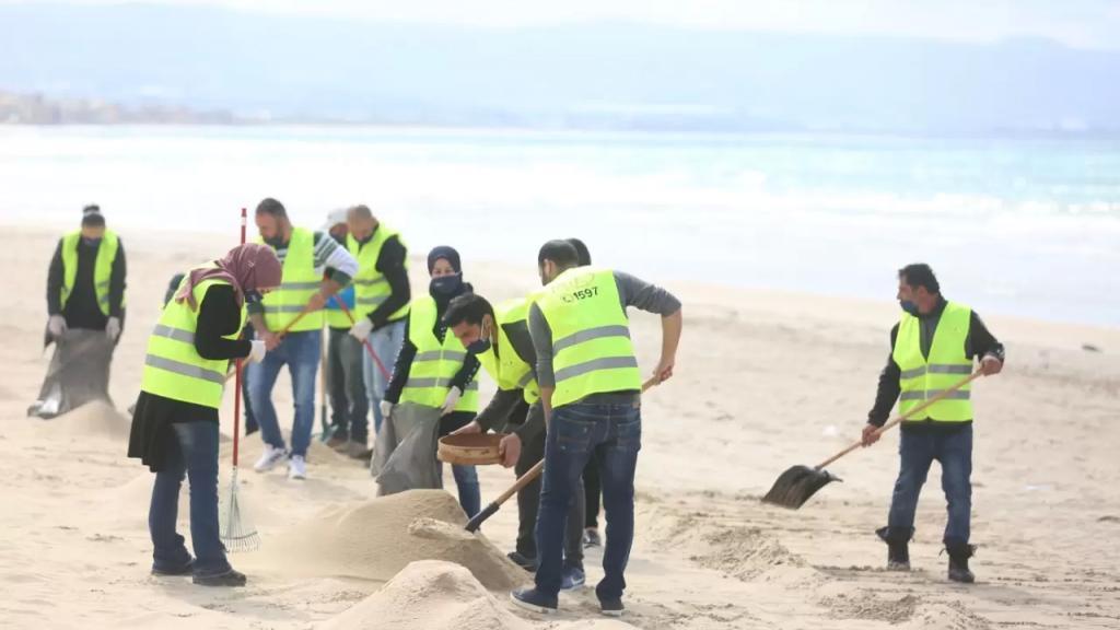 بالصور/ عمّال وموظفو شركة مراد للخدمات الكهربائية يساهمون في تنظيف شاطئ محمية صور الطبيعية