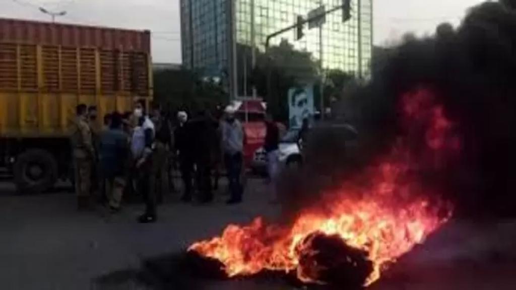 محتجون أشعلوا النيران بالإطارات عند دوار ايليا في مدينة صيدا احتجاجا على تردي الأوضاع المعيشية