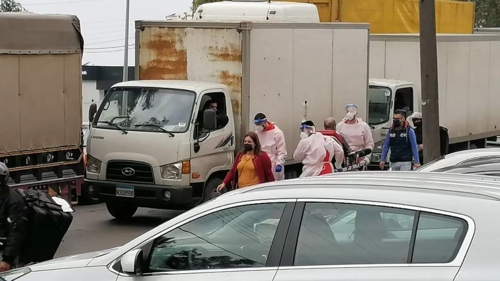 بالفيديو/ الصليب الاحمر ينقل مريض سيرا على الاقدام بسبب إقفال الطرقات
