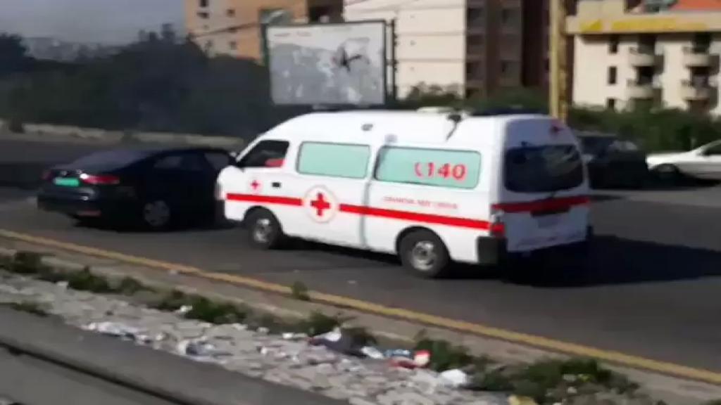 بالفيديو/ منع سيارة للصليب الأحمر من المرور على أوتوستراد غزير - جونيه