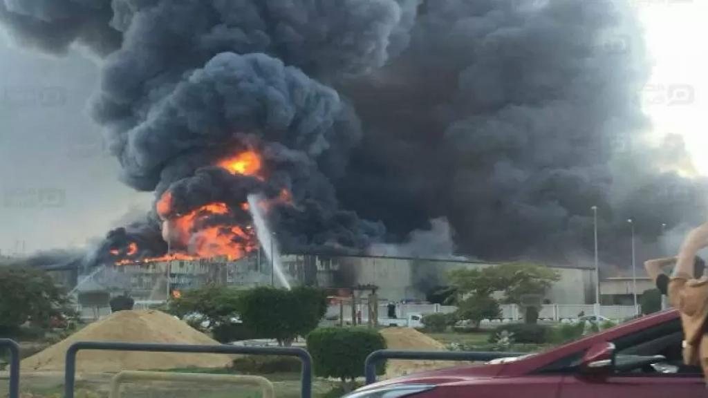 بالفيديو/ مصرع 20 شخصا بسبب نشوب حريق هائل في مصنع بمدينة العبور بمحافظة القليوبية المصرية