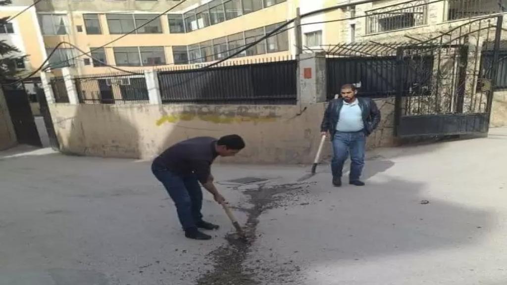 مجموعة من شباب وناشطي بلدة مشمش العكارية يطلقون حملة تبرع لصيانة وصب الحفر على الطرق العامة والداخلية في البلدة