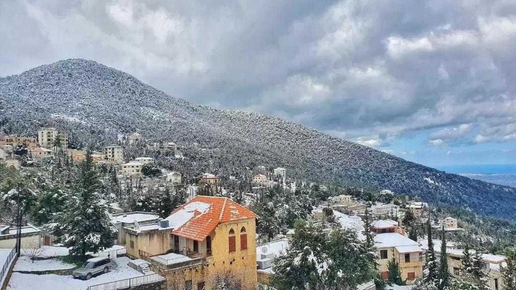 منخفض جوي يسيطر على لبنان اعتبارًا من ظهر اليوم والثلوج على ارتفاع 1500 متر