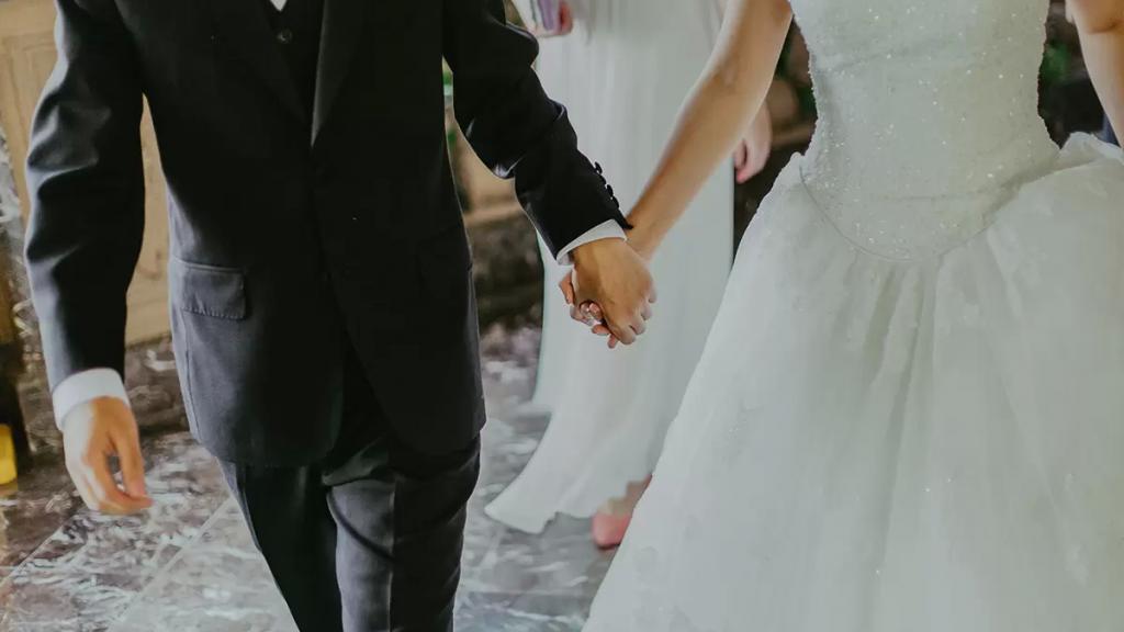 السجن 6 أشهر لعريسين في الأردن.. بعد دعوتهما أكثر من 100 شخص لحفلي زفافهما مخالفين إجراءات الوقاية الصحية!