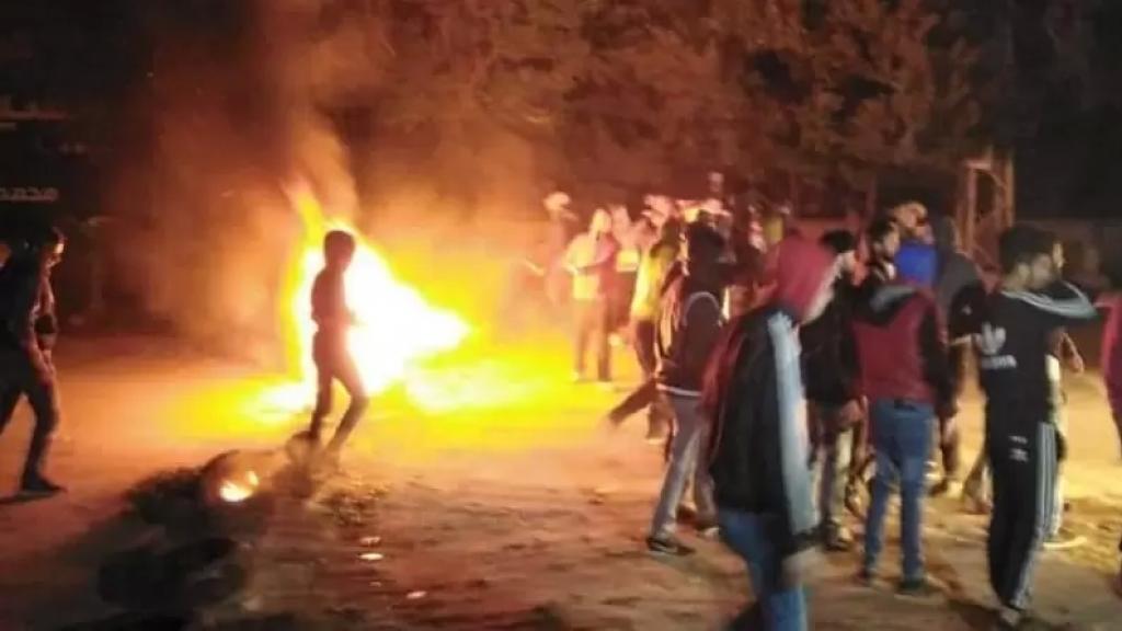قطع طريق عام العبدة حلبا احتجاجًا على احتجاز حافلات ركاب تعمل على المازوت على خط بيروت