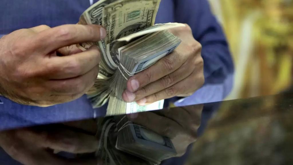 الدولار يواصل ارتفاعه الجنوني... سعر الصرف بلغ صباحاً 10750 ليرة (النهار)