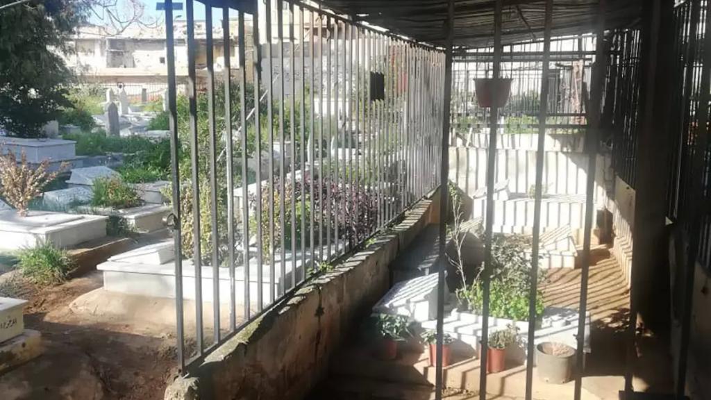 بالصور/ سرقة أبواب حديدية من داخل مقابر التبانه في طرابلس!
