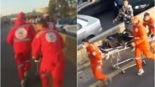 """بالفيديو/ مسعفون من """"جمعية الشفاء"""" ينقلون المرضى سيراً على الطريق العام في منطقة الدامور"""