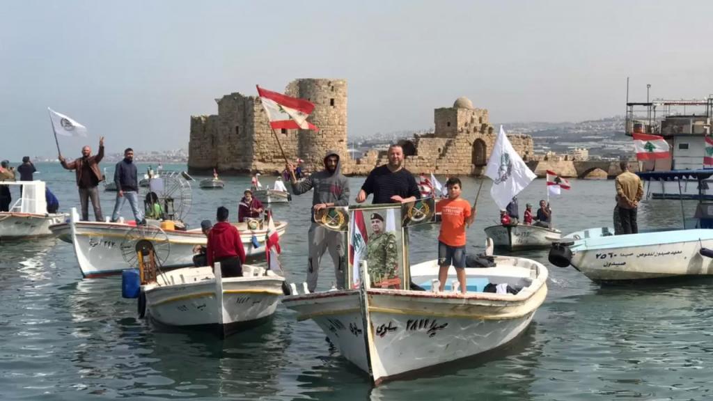مسيرة بحرية لصيادي صيدا دعماً لمواقف قائد الجيش