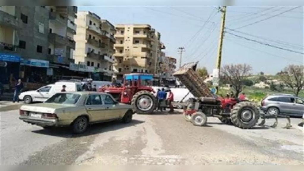 قطع الطريق في بلدة صريفا بالجرارات الزراعية