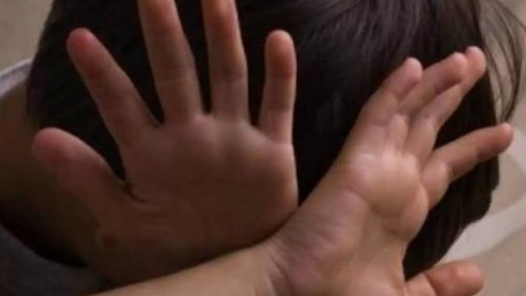 جريمة في مخيّم عكاري... اقدم على تعذيب ابنه (6 سنوات) بطريقة وحشية عبر إحراقه بملعقة محماة على النار في أماكن عدة من جسمه!
