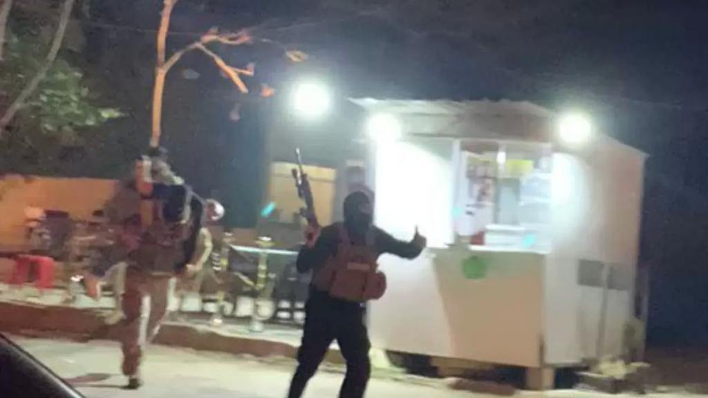 بالفيديو/ مطلوب يأخذ فتاة رهينة بقوّة السلاح هرباً من عناصر دورية للجيش كانت تعمل على توقيفه داخل مقهى في بعلبك