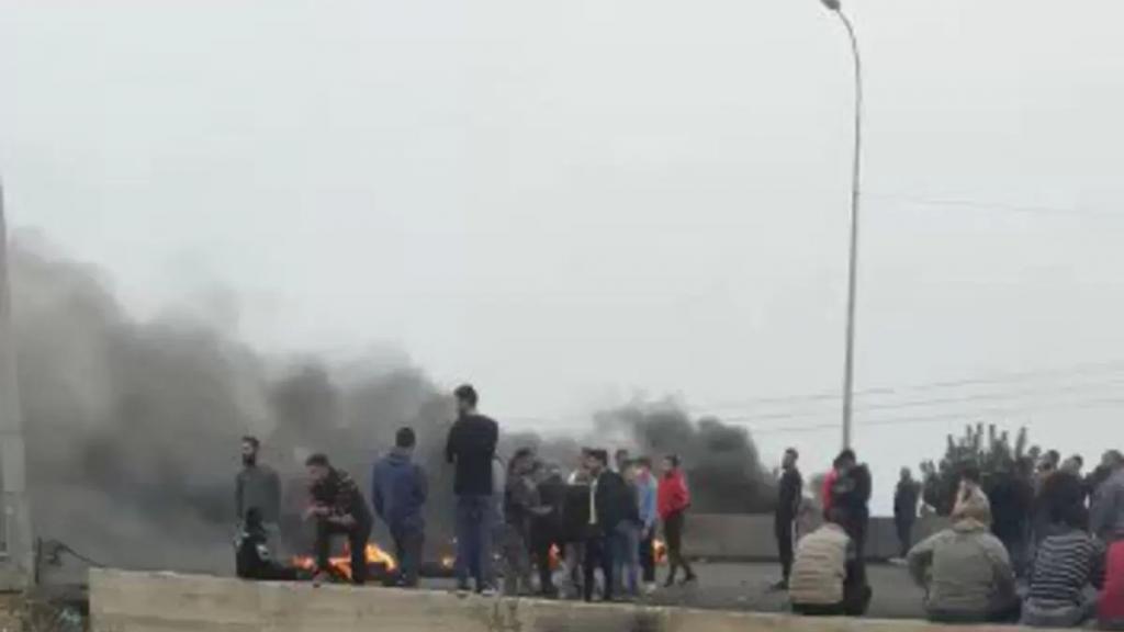 بالفيديو/ محتجون قطعوا السير على اوتوستراد صيدا صور محلة العدوسية بالاطارات المشتعلة