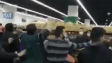 """بالفيديو/ اشكال داخل سوبرماركت بسبب """"الزيت المدعوم"""""""
