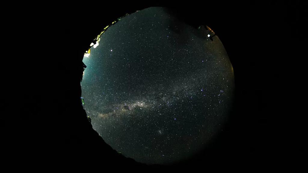 """باحثون: العثور على ثقب أسود هائل """"مضطرب"""" يتجول في ظروف غامضة في الفضاء!"""
