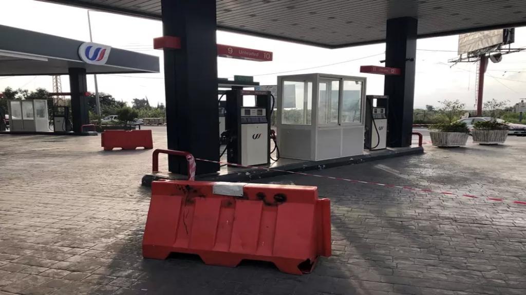 معظم محطات صور رفع الخراطيم بحجة نفاد البنزين فيما عمد بعضها الى تعبئة خزانات السيارات بقيمة 10 آلاف ليرة