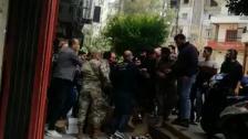 بالفيديو/  اشكال بين الاهالي ودورية من الجمارك في ابي سمراء بعد مداهمة لأحد محلات بيع التبغ والتنباك