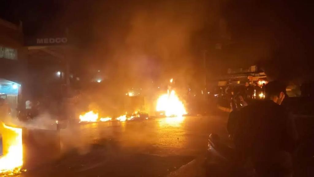 بالفيديو/ قطع الطريق عند دوار البص -صور بالإطارات والمستوعبات المشتعلة