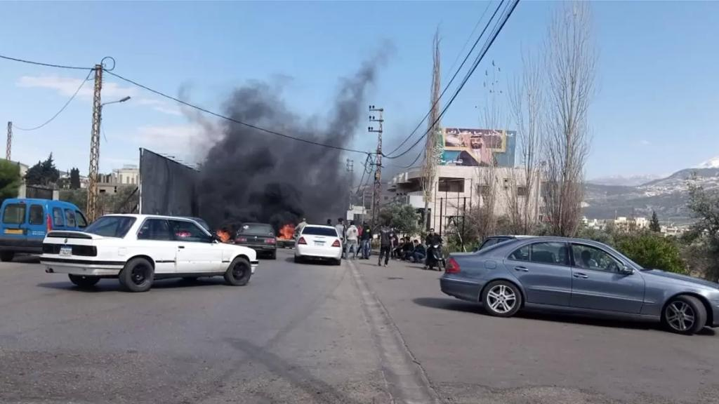 اشكالان بين مواطنين ومحتجّين على خلفية قطع طريق الضنّية ـ طرابلس... قوة من الجيش اللبناني تدخلت وتوقيف 3 أشخاص
