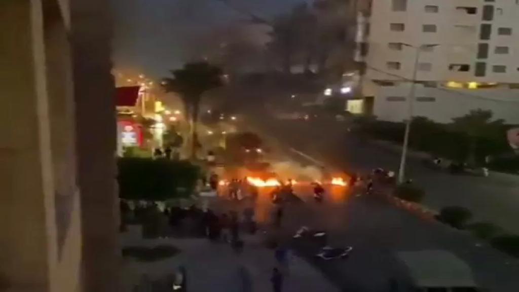 بالفيديو/ محتجون قطعوا طريق بئر حسن - الجناح نزلة السلطان إبراهيم بالإطارات المشتعلة