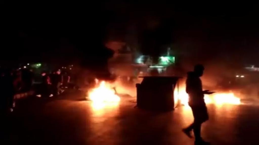 بالفيديو/ المشهد في صور...الطريق عند المدخل الشمالي مفرق العباسية ودوار البص مقطوعة بالاطارات المشتعلة