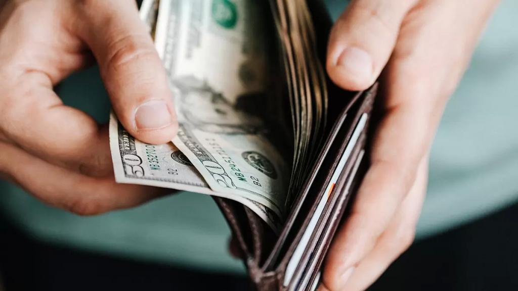 سعر صرف الدولار يواصل ارتفاعه الجنوني وبلغ 15 ألف ليرة في السوق السوداء (النشرة)
