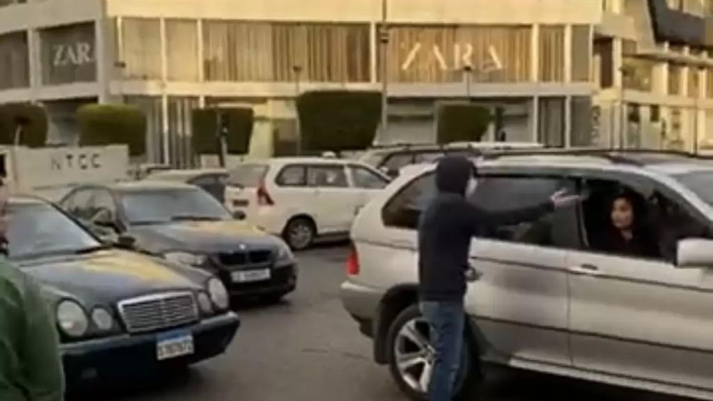 محتجون ركنوا سياراتهم عند مسارب تقاطع ايليا -صيدا ما تسبب بزحمة سير. والجيش يعمل على فتح الطريق وتنظيم السير عند طريق التقاطع (الوكالة الوطنية)