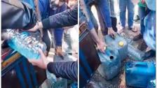 """بالفيديو/ في تكريت عكار...شبان يصادرون صهريج يهرب المازوت الى سوريا ويقومون بتعبئة مخزونه في """"غالونات"""" وتوزيعها على المواطنين!"""