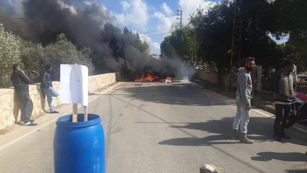 شبان قطعوا الطريق في حداثا احتجاجا على الاوضاع الاقتصادية المتردية