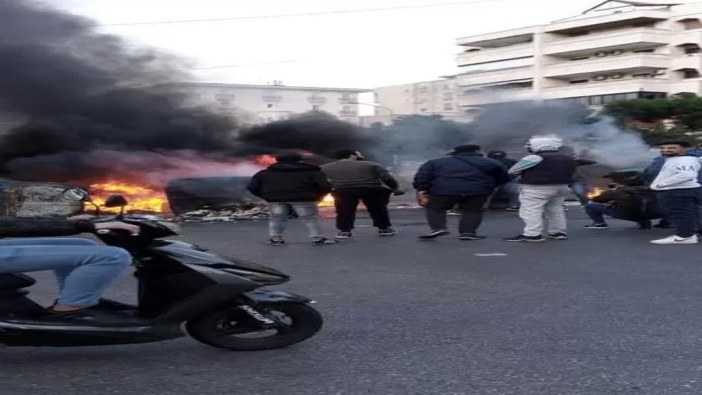 محتجون قطعوا طريق المطار القديمة احتجاجا على تردي الأوضاع المعيشية