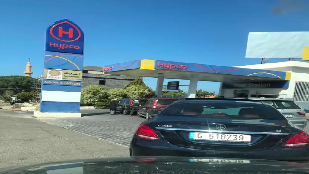 زحمة وطوابير سيارات امام محطات الوقود في صيدا