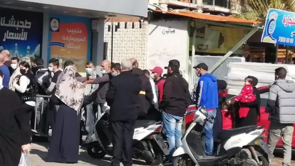 زحمة مواطنين للحصول على مواد مدعومة من امام تعاونية في الاوزاعي