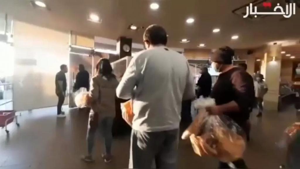 بالفيديو/ قرار جديد يتسبب باشكالات داخل أحد الأفران: « إذا بدك تأخذي كيس نيلون بدك تدفعي حقه 500 ليرة» (الاخبار)