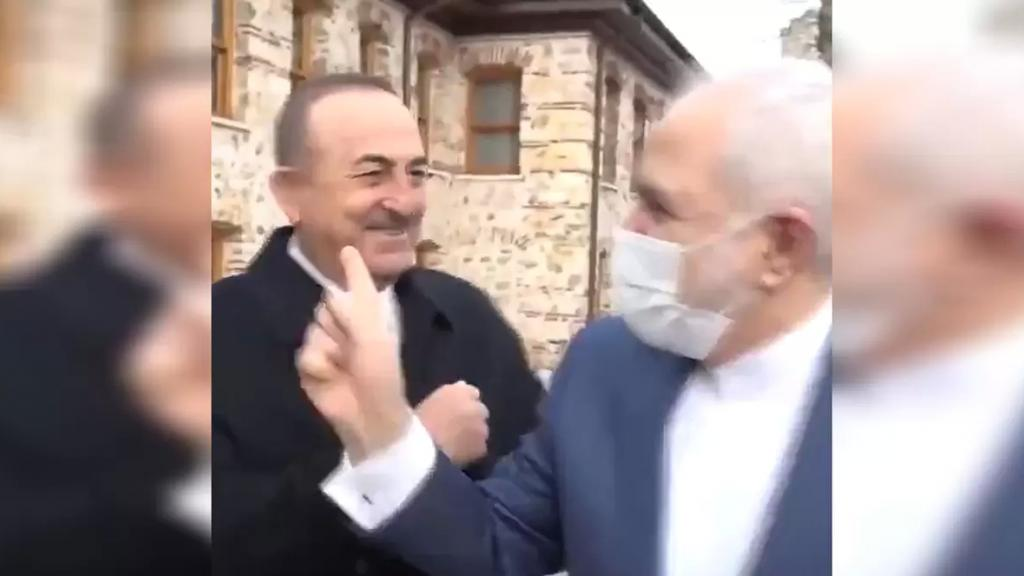 """بالفيديو/ وزير الخارجية التركي يستقبل نظيره الإيراني دون كمامة.. والأخير يمازحه """"أخذت اللقاح؟"""""""