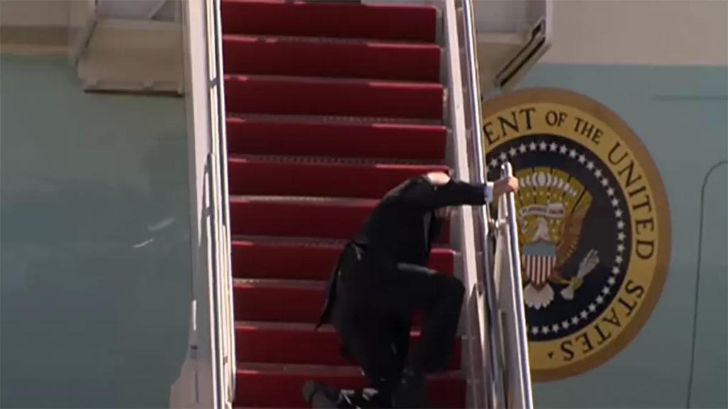 بالفيديو/ لحظة تعثّر الرئيس الأميركي جو بايدن بينما كان يصعد سلالم الطائرة متوجهًا إلى اتلانتا
