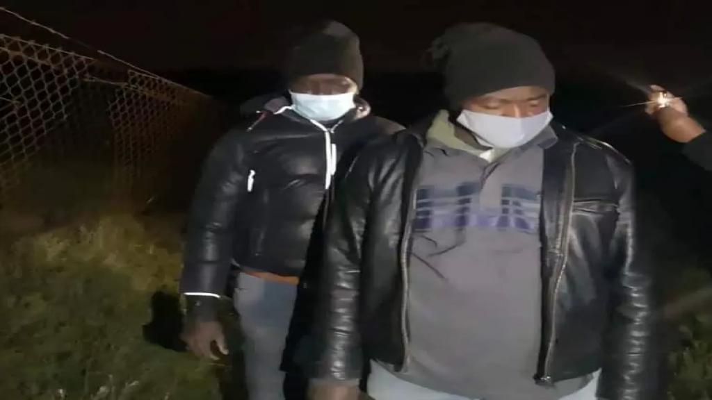 """بالفيديو/ الجيش اللبناني يعتقل السودانيين الثلاثة وينقلهم للتحقيق بعدما أطلق جيش الاحتلال الإسرائيلي سراحهم عبر بوابة السياج في منطقة """"الجدار"""" في ميس الجبل"""