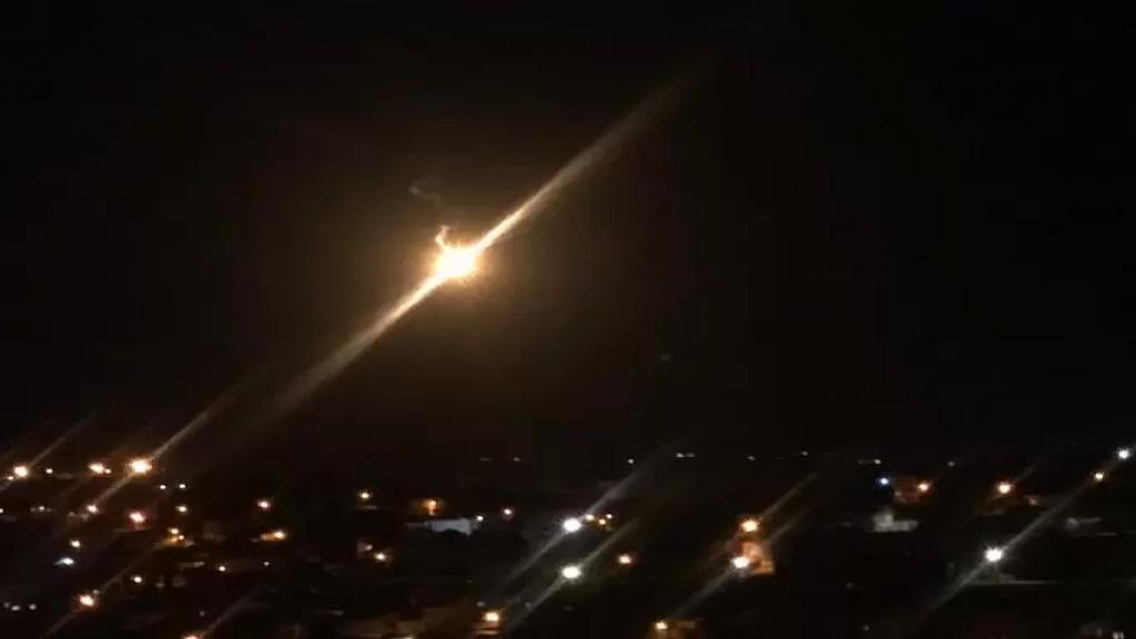 """جيش الاحتلال """"الاسرائيلي"""" يلقي قنابل مضيئة على طول الحدود من مقابل بلدات بليدا-ميس الجبل -حولا -مركبا -العديسة كفركلا في اجراء يبدو أنه تدريبي"""