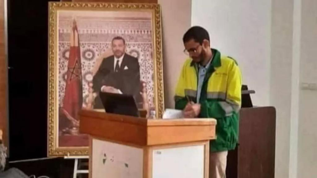 بالصورة/ طالب دكتوراه يناقش أطروحته وهو يرتدي زي عمال النظافة تكريماً لهم