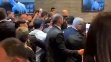 بالفيديو/ نتنياهو يهرب من مطعم في بئر السبع بعد سقوط الصاروخ الذي أطلق من غزة