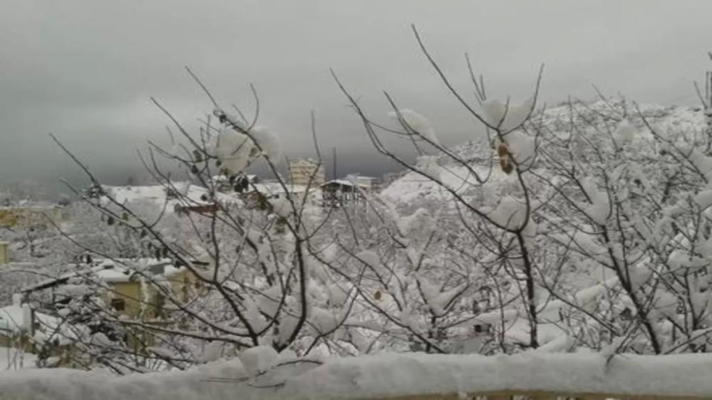 أوّل أيام الربيع: طقس عاصف وبارد يسيطر على لبنان..والثلوج على ارتفاع 1500 متر!