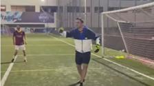 بالفيديو/ شعر بالخوف من الكرة وتجنّبها.. الشيف بوراك يتسبب بخسارة فريق كرة قدم!