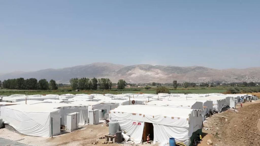 مسلحون مجهولون أطلقوا النار ليلاً على خيم عائلات سورية في سهل بلدة السفري وإصابة امرأة