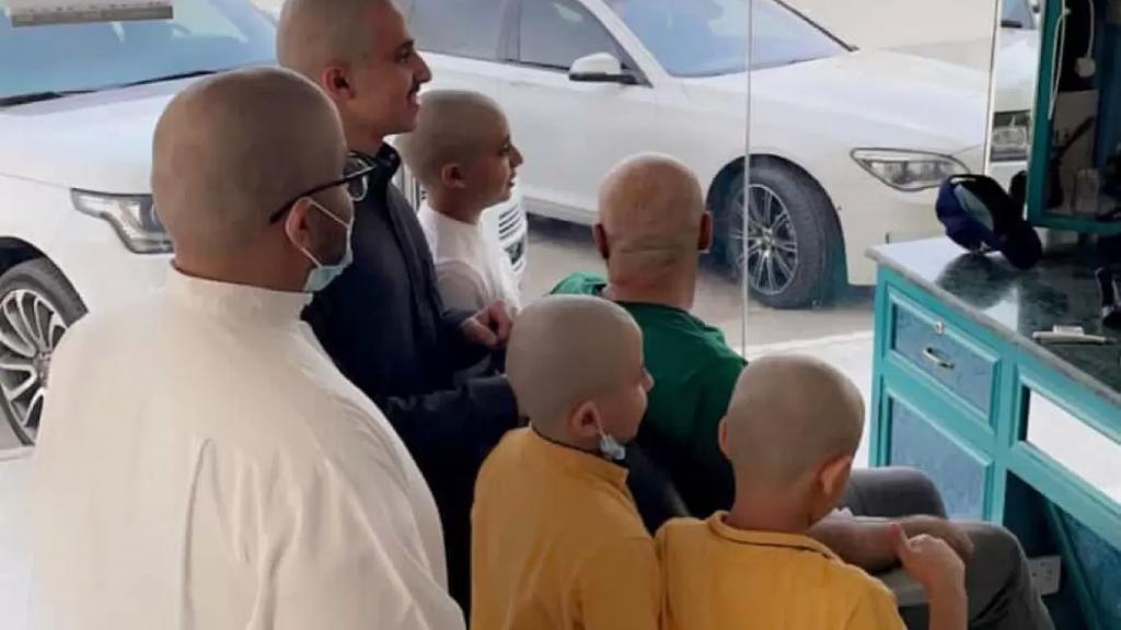 """بالفيديو/ في السعودية: تضامناً وتشجيعاً لوالدتهم التي تحارب السرطان وكي لا تشعر بالإحراج...5 أشقاء بالإضافة الى والدهم قاموا بحلق شعرهم """"عالصفر""""!"""