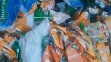 بالفيديو/ العثور على أكياس فارغة لمواد تموينية مدعومة في أحد مكبات النفايات بمنطقة حي السلم!
