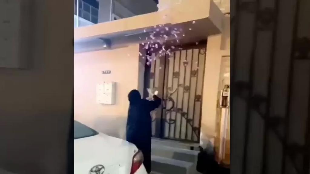 بالفيديو/ بالزينة والزغاريد... سيدة تحتفل بطلاقها أمام منزل زوجها السابق!
