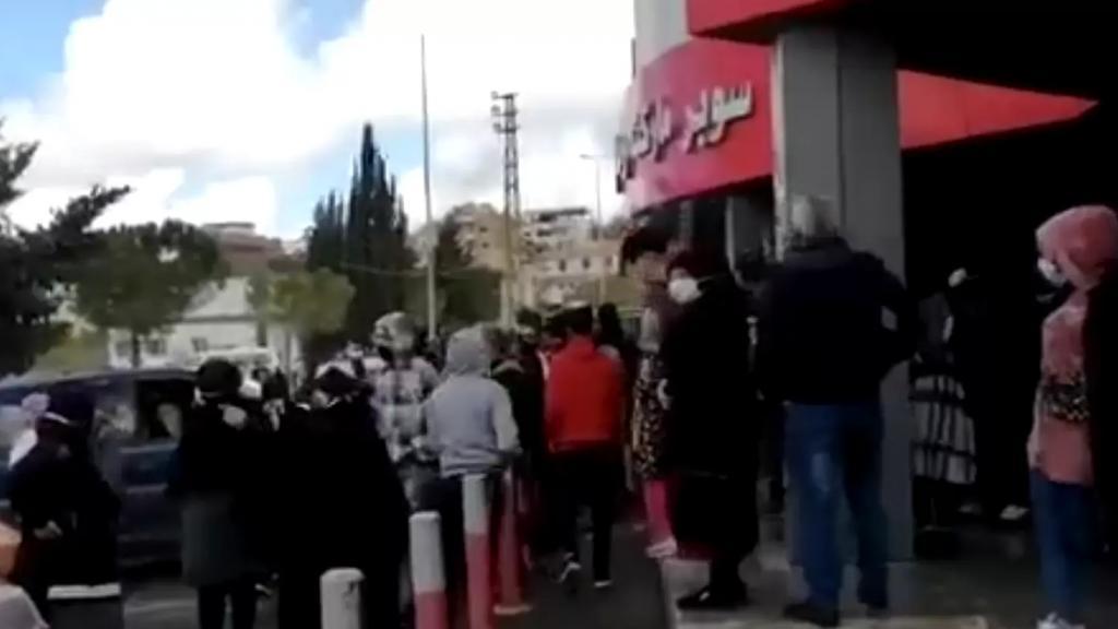 بالفيديو/ إشكال وتضارب أمام سوبرماركت رمال في كفردونين بسبب البضائع المدعومة!