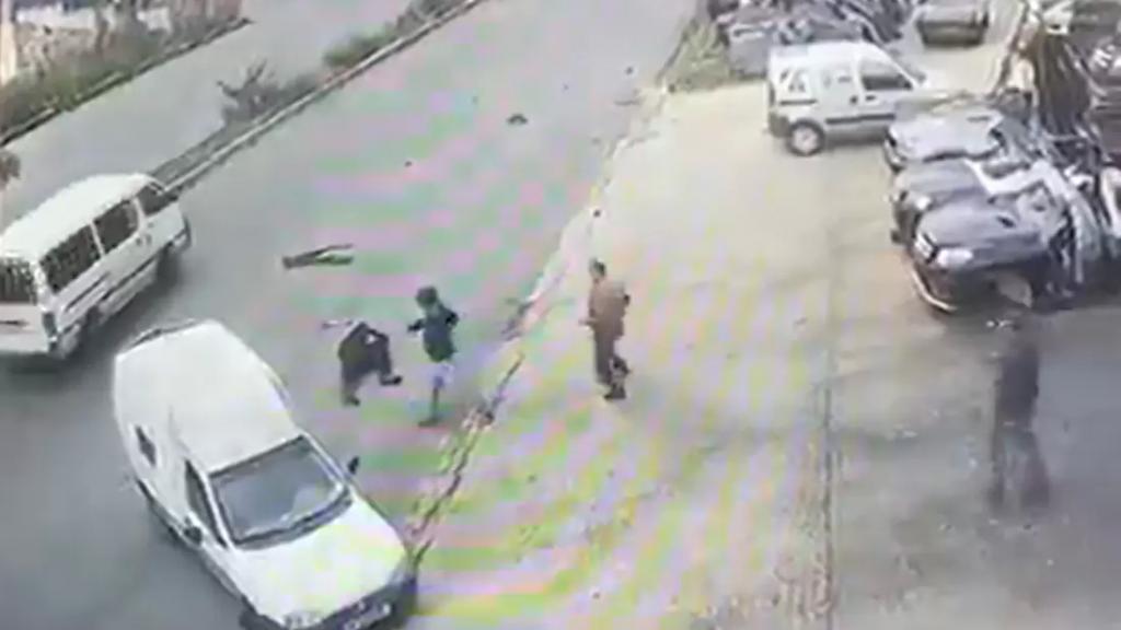 """بالفيديو/ حادث غريب في دير الزهراني.. ركن """"الرابيد"""" لكنه انزلق نحو الاوتوستراد ثم صدم سيارة وصدمه!"""