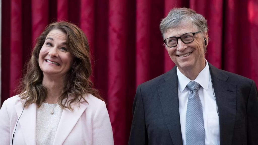 """بيل غيتس وزوجته يتوقعان عودة العالم """"تمامًا إلى طبيعته"""" في نهاية الـ2022!"""